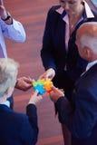 Puzzle denteux se réunissant Images stock