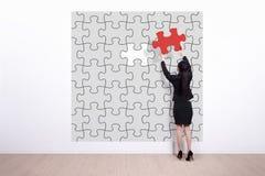 Puzzle des Geschäftsfrau-Griffs Lizenzfreie Stockbilder