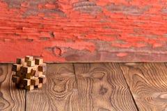 Puzzle en bois enclenché sur un fond rustique photos libres de droits