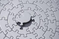 Puzzle grigio con la parte mancante che pone sopra lo spazio Fotografie Stock