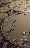 Puzzle inachevé de beaucoup de morceaux dans le processus et un carton comme fond photos libres de droits