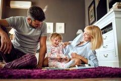 Puzzle mignon d'apparence d'enfant aux parents photo libre de droits