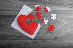 Puzzle rosso del cuore di amore con i pezzi sciolti Fotografia Stock Libera da Diritti