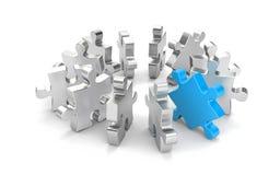 Puzzle rouge parmi les autres puzzles de gris Images stock