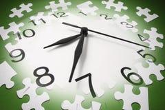 Puzzle-Stücke und Borduhr Lizenzfreies Stockbild