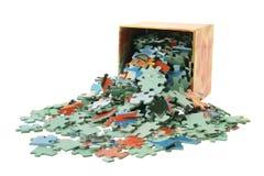 Puzzle-Stücke und Kasten stockfotos