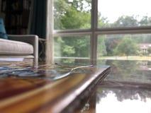Puzzle sulla tavola con la finestra immagini stock libere da diritti