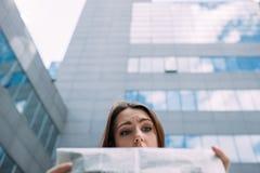 Puzzled混淆了为难的妇女读书报纸 免版税库存图片