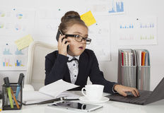 Puzzled business girl in the office Royalty Free Stock Images