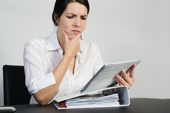 Puzzled woman thinking hard Royalty Free Stock Photography