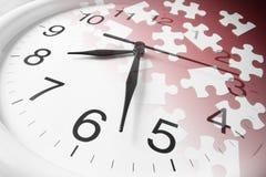 Puzzles denteux et horloge Images libres de droits