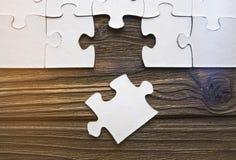 Puzzles sur un fond en bois Image libre de droits