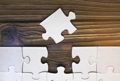 Puzzles sur un fond en bois Photographie stock