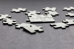 Puzzlespiel auf einem dunklen Hintergrund stockfoto