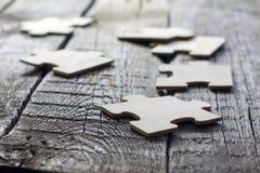 Puzzlespiel auf Teamgeschäftskonzept der hölzernen Vorstände Lizenzfreie Stockfotografie