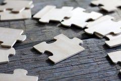 Puzzlespiel auf Teamgeschäftskonzept der hölzernen Vorstände Lizenzfreies Stockbild