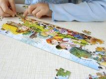Puzzlespiel, das 4 zusammenbaut Lizenzfreies Stockfoto