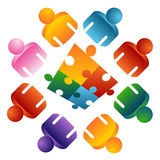 Puzzlespiel, das Team-Leute löst Lizenzfreie Stockbilder