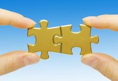 Puzzlespiel in den Händen Stockfotos