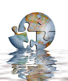 Puzzlespiel der Erde-Kugel im Wasser Stockbild