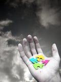 Puzzlespiel in der Hand Stockbilder