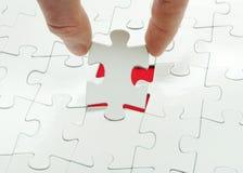 Puzzlespiel in der Hand lizenzfreie stockbilder