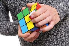 Puzzlespiel des jungen Mannes und des Würfels Lizenzfreie Stockfotografie