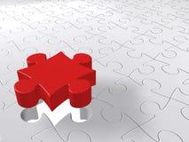 Puzzlespiel-letztes Stück, das unten auf weißen Hintergrund kommt Stockfotos