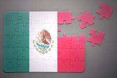 Puzzlespiel mit der Staatsflagge von Mexiko lizenzfreies stockbild