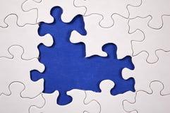 Puzzlespiel mit dunkelblauem Hintergrund stockbilder