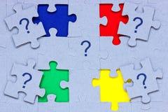 Puzzlespiel mit Fragezeichen auf ihm Lizenzfreies Stockbild