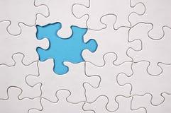 Puzzlespiel mit hellblauem Hintergrund Lizenzfreies Stockfoto