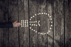 Puzzlespiel setzend, bessern Sie in eine Glühlampeform aus Stockfotografie