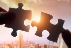 Puzzlespiel setzend, stellt zusammen Lizenzfreie Stockfotos