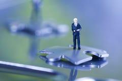 Puzzlespiel und Geschäftsmann Lizenzfreie Stockfotos