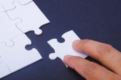 Puzzlespiel und Hand Lizenzfreies Stockfoto