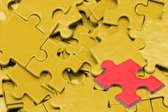 Puzzlespiel und Laubsäge Stockbild