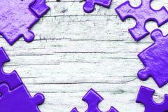 Puzzlespiel und Laubsäge mit Kopienraum Stockbild