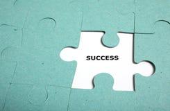 Puzzlespiel unvollständig - Erfolg Stockbild
