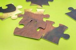 Puzzlespiel zerstreut auf grüne Tabelle stockfotografie