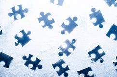 Puzzlespiele auf einem dunklen weißen Hintergrund Lizenzfreies Stockfoto
