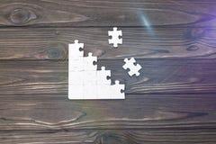 Puzzlespiele auf einem hölzernen Hintergrund Stockbilder