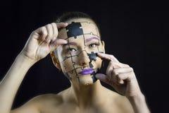 Puzzlespiele auf Ihrem Gesichtsmädchen stockfotografie