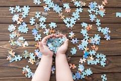 Puzzlespiele in den Händen eines Kindes Lizenzfreie Stockbilder