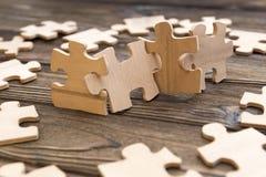 Puzzlespiele des Holzes auf dem Hintergrund Stockbild