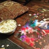 Puzzlespiele, Popcorn und Kissen Lizenzfreies Stockfoto