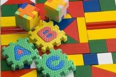 Puzzlespielgummi auf buntem Hintergrund Stockfotografie
