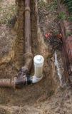 PVC下水道在老陶瓷黏土下水道林清洗安装 免版税库存图片