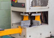 pvc窗口的生产,胶合窗口的塑料角落, pvc窗口的生产的机器 库存照片