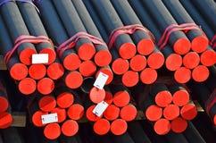 PVC e tubulação de aço empilhados imagem de stock